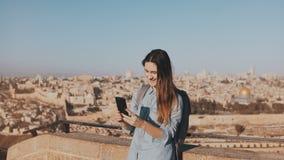 Χαριτωμένες συζητήσεις κοριτσιών τουριστών στην τηλεοπτική κλήση Ισραήλ Ιερουσαλήμ Αρκετά ευρωπαϊκό χαμόγελο ταξιδιωτικών γυναικώ απόθεμα βίντεο