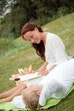 χαριτωμένες picnic ζευγών ρομα στοκ φωτογραφία με δικαίωμα ελεύθερης χρήσης