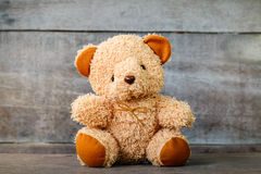 Χαριτωμένες teddy αρκούδες που κάθονται παλαιό σε ξύλινο Στοκ Εικόνα