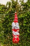 Χαριτωμένη ένωση κουκλών Άγιου Βασίλη σε ένα σχοινί Στοκ Φωτογραφίες