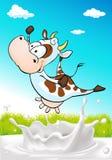 Χαριτωμένη αγελάδα που πηδά πέρα από τον παφλασμό γάλακτος με το φυσικό υπόβαθρο Στοκ Φωτογραφίες