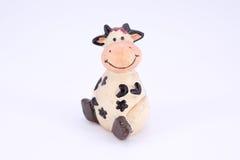 Χαριτωμένη αγελάδα polyresin παιχνιδιών που απομονώνεται Στοκ Εικόνες