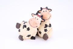Χαριτωμένη αγελάδα polyresin παιχνιδιών που απομονώνεται Στοκ φωτογραφία με δικαίωμα ελεύθερης χρήσης