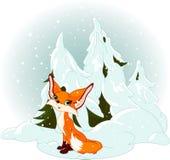 Χαριτωμένη αλεπού ενάντια σε ένα χιονώδες δάσος Στοκ Φωτογραφίες