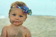 χαριτωμένη αστεία άμμος παραλιών μωρών που λερώνεται στοκ εικόνες