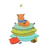 Χαριτωμένη γάτα κινούμενων σχεδίων στα μαξιλάρια Στοκ Εικόνες