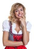 Χαριτωμένη γερμανική γυναίκα σε ένα παραδοσιακό βαυαρικό dirndl Στοκ Φωτογραφίες