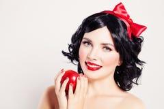 Χαριτωμένη γυναίκα με την κόκκινη Apple Στοκ Εικόνα