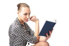 Χαριτωμένη γυναίκα που προγραμματίζει το πρόγραμμά της στοκ φωτογραφία με δικαίωμα ελεύθερης χρήσης