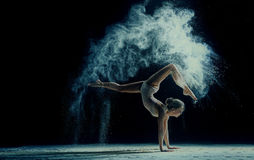 Χαριτωμένη γυναίκα που χορεύει στο σύννεφο της σκόνης Στοκ φωτογραφία με δικαίωμα ελεύθερης χρήσης
