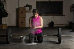 Χαριτωμένη γυναίκα που χρησιμοποιεί την κιμωλία γυμναστικής στοκ εικόνες