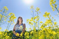 Χαριτωμένη γυναίκα σε έναν κίτρινο τομέα λουλουδιών Στοκ φωτογραφία με δικαίωμα ελεύθερης χρήσης