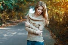 Χαριτωμένη γυναίκα σε ένα Τζέρσεϋ που στέκεται στο πάρκο φθινοπώρου Στοκ εικόνες με δικαίωμα ελεύθερης χρήσης