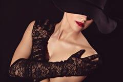 Χαριτωμένη γυναίκα στα γάντια καπέλων και δαντελλών Στοκ Εικόνες