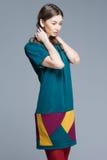 Χαριτωμένη γυναίκα στο ζωηρόχρωμο θερινό φόρεμα στοκ φωτογραφία με δικαίωμα ελεύθερης χρήσης