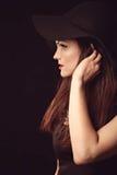 Χαριτωμένη γυναίκα στο κομψό μαύρο καπέλο με τον ευρύ χείλο Στοκ Εικόνες