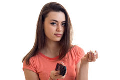 Χαριτωμένη γυναίκα brunette που προσέχει μια TV με pop-corn Στοκ εικόνες με δικαίωμα ελεύθερης χρήσης