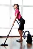Νέα προκλητική γυναίκα με την ηλεκτρική σκούπα Στοκ Εικόνα