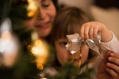 Χαριτωμένη διακόσμηση Χριστουγέννων εκμετάλλευσης μικρών κοριτσιών Στοκ εικόνα με δικαίωμα ελεύθερης χρήσης