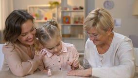 Χαριτωμένη εγγονή που κάνει το μανικιούρ για τη γιαγιά, που χρωματίζει απόθεμα βίντεο