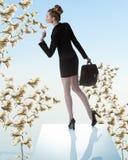Χαριτωμένη επιχειρησιακή γυναίκα με το δέντρο χρημάτων πλησίον Στοκ εικόνες με δικαίωμα ελεύθερης χρήσης