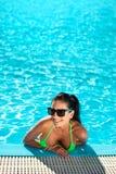 Χαριτωμένη ευτυχής γυναίκα μπικινιών με το συμπαθητικό στήθος στην πισίνα Στοκ Φωτογραφία