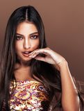 Χαριτωμένη ευτυχής νέα ινδική γυναίκα στο στενό επάνω χαμόγελο στούντιο, μιγάς μόδας στοκ φωτογραφία