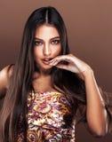 Χαριτωμένη ευτυχής νέα ινδική γυναίκα στο στενό επάνω χαμόγελο στούντιο, μιγάς μόδας στοκ εικόνα