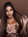 Χαριτωμένη ευτυχής νέα ινδική πραγματική γυναίκα στο στενό επάνω χαμόγελο στούντιο, μιγάς μόδας στοκ φωτογραφίες με δικαίωμα ελεύθερης χρήσης