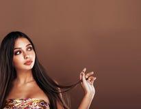 Χαριτωμένη ευτυχής νέα ινδική γυναίκα στο στενό επάνω χαμόγελο στούντιο, μιγάς μόδας στοκ φωτογραφία με δικαίωμα ελεύθερης χρήσης