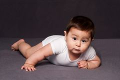 Χαριτωμένη ευτυχής τοποθέτηση μωρών στοκ εικόνες