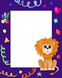 Χαριτωμένη ευχετήρια κάρτα για τα παιδιά με το λιοντάρι Πορφυρό πλαίσιο με την πρόσκληση γενεθλίων σκιών με τη θέση για το κείμεν διανυσματική απεικόνιση