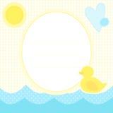 Χαριτωμένη ευχετήρια κάρτα με το νεοσσό σε ένα νερό, έναν ήλιο και μια καρδιά Στοκ Εικόνα