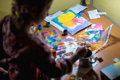 Χαριτωμένη ζωγραφική μικρών κοριτσιών με το πινέλο και τα ζωηρόχρωμα χρώματα Στοκ Φωτογραφία