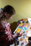 Χαριτωμένη ζωγραφική μικρών κοριτσιών με το πινέλο και τα ζωηρόχρωμα χρώματα Στοκ εικόνα με δικαίωμα ελεύθερης χρήσης