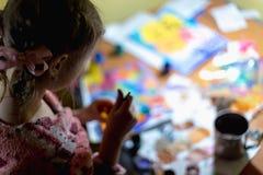 Χαριτωμένη ζωγραφική μικρών κοριτσιών με το πινέλο και τα ζωηρόχρωμα χρώματα Στοκ Εικόνα