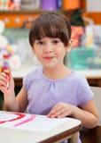 Χαριτωμένη ζωγραφική μικρών κοριτσιών στην κατηγορία τέχνης στοκ φωτογραφία με δικαίωμα ελεύθερης χρήσης