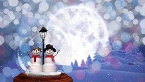 Χαριτωμένη ζωτικότητα Χριστουγέννων του ζεύγους χιονανθρώπων στο μαγικό δάσος απόθεμα βίντεο