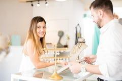 Χαριτωμένη ισπανική γυναίκα σε ένα κατάστημα κοσμήματος Στοκ φωτογραφία με δικαίωμα ελεύθερης χρήσης