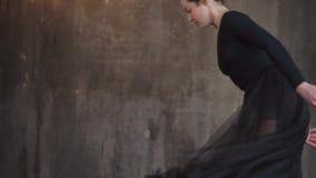 Χαριτωμένη και χαριτωμένη κυρία που χορεύει ένας κλασσικός χορός στο στούντιο απόθεμα βίντεο