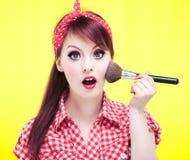 Χαριτωμένη καρφίτσα επάνω στο κορίτσι που εφαρμόζει το blusher Στοκ Εικόνα