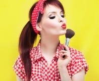 Χαριτωμένη καρφίτσα επάνω στο κορίτσι που εφαρμόζει το blusher Στοκ φωτογραφία με δικαίωμα ελεύθερης χρήσης