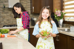 Χαριτωμένη κατανάλωση κοριτσιών υγιής στο σπίτι Στοκ εικόνες με δικαίωμα ελεύθερης χρήσης
