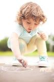 Χαριτωμένη κιμωλία χρώματος κομματιού σχεδίων κοριτσιών μικρών παιδιών witj jf Στοκ Φωτογραφίες