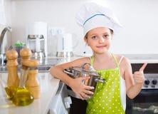 Χαριτωμένη κουζίνα μικρών κοριτσιών στο σπίτι Στοκ φωτογραφία με δικαίωμα ελεύθερης χρήσης