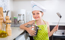 Χαριτωμένη κουζίνα μικρών κοριτσιών στο σπίτι Στοκ Εικόνες