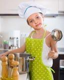 Χαριτωμένη κουζίνα μικρών κοριτσιών στο σπίτι Στοκ Εικόνα