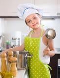 Χαριτωμένη κουζίνα μικρών κοριτσιών στο σπίτι Στοκ εικόνα με δικαίωμα ελεύθερης χρήσης