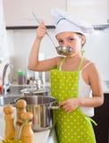 Χαριτωμένη κουζίνα μικρών κοριτσιών στο σπίτι Στοκ Φωτογραφίες