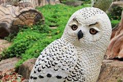 Χαριτωμένη κούκλα αργίλου κουκουβαγιών στον κήπο Στοκ φωτογραφίες με δικαίωμα ελεύθερης χρήσης